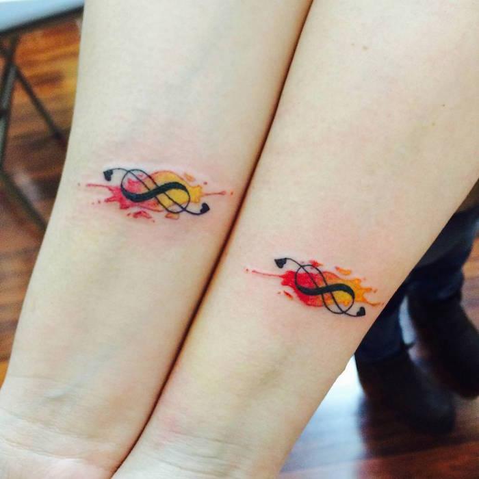 tatouage clé de sol et infini sur l'avant bras en couple