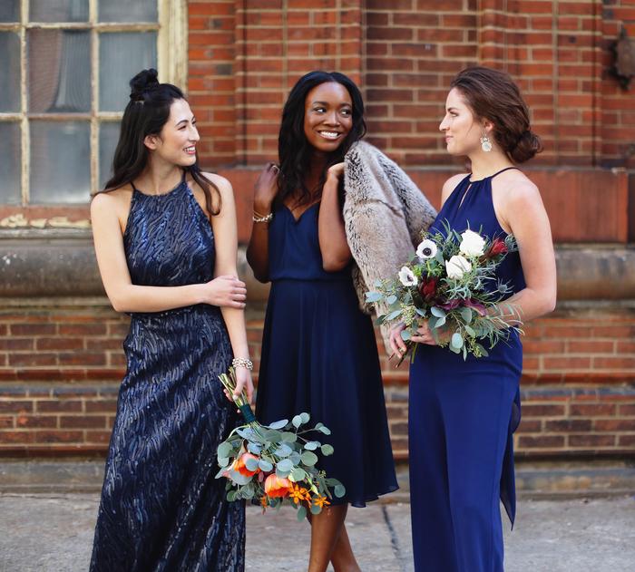 cortège nuptial élégant en bleu marine, des robes de cérémonie non assorties et un combinaison pantalon chic