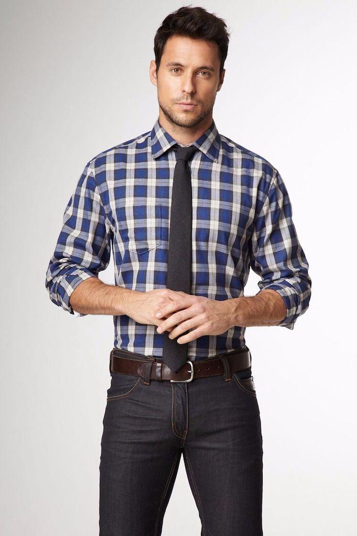 chemise homme carrée en blanc et bleu, cravate noir avec paire de jeans foncés