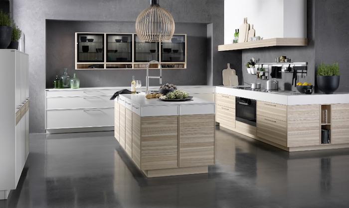 modele de cuisine, murs gris foncé, meubles en bois avec comptoirs blancs, bol aux fruits