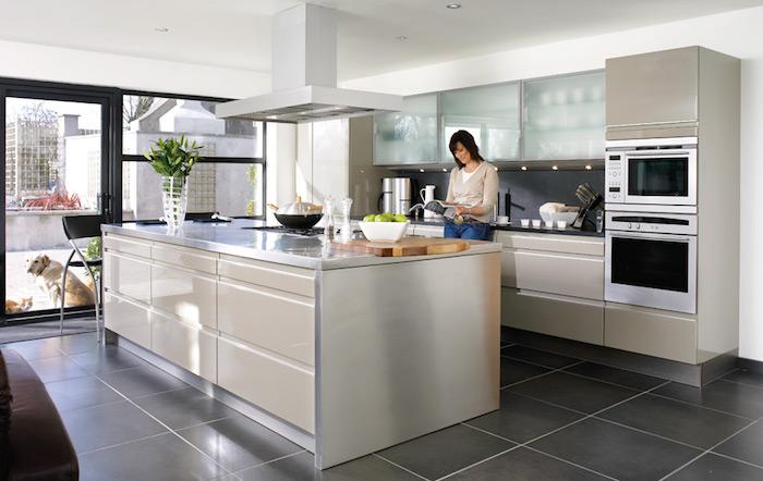 meuble haut cuisine, porte coulissante vers le jardin en cadre noir, armoire de cuisine en verre mat