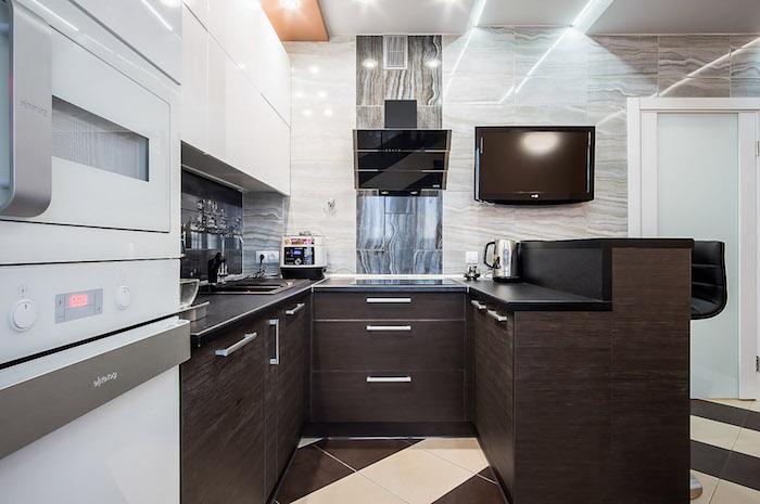 modele de cuisine, comment choisir éclairage led de cuisine, comptoir de cuisine noir, meubles sans poignées blancs