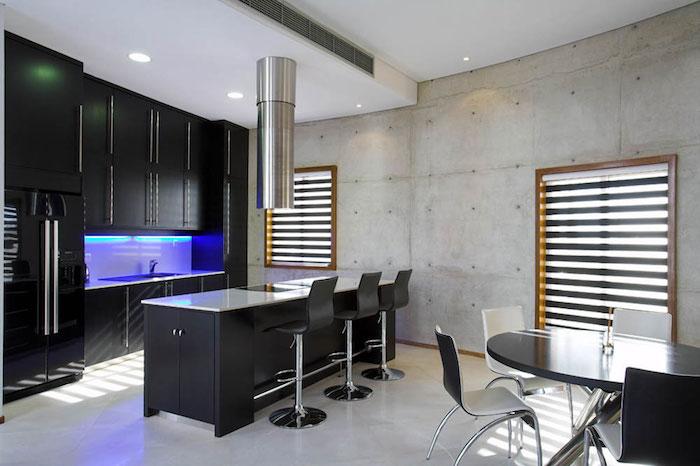 cuisine avec ilot central, table à manger noir avec chaises blanches, déco industriel avec meubles noirs moderne