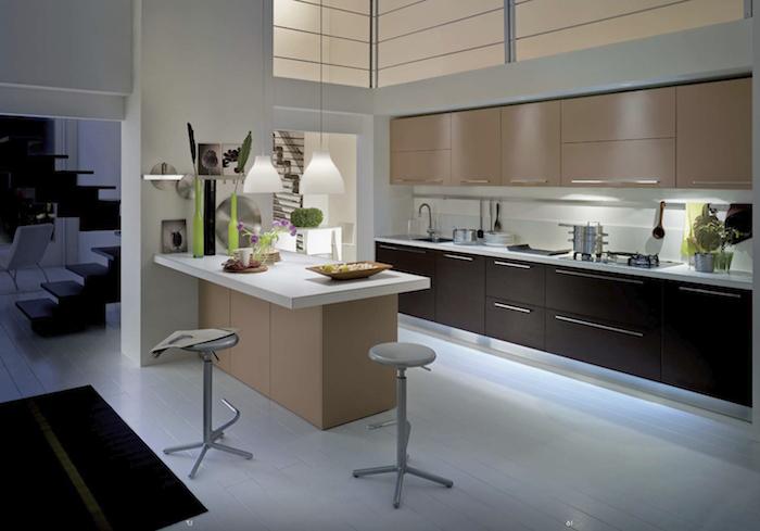 idee deco cuisine, tabouret de bar en gris, tapis rectangulaire noir, meubles sous vasques en bois foncé