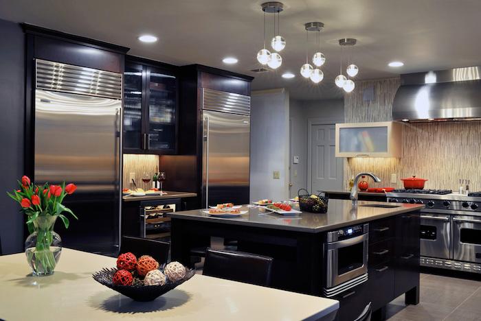 modele de cuisine, plafond blanc et murs gris foncé, meubles de cuisine en gris métallique