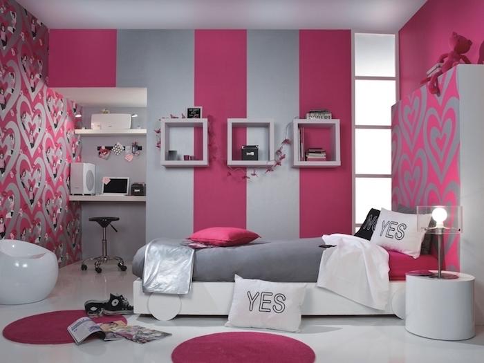 deco chambre fille, papier peint rayé en rose et gris, déco murale à motifs coeurs, lit blanc avec couverture grise foncé