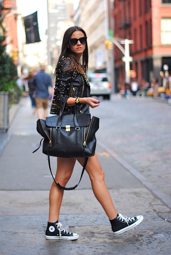 look rock femme, coupe de cheveux mi longs coloration marron avec pointes claires, sac à main en cuir noir avec fermetures éclaires
