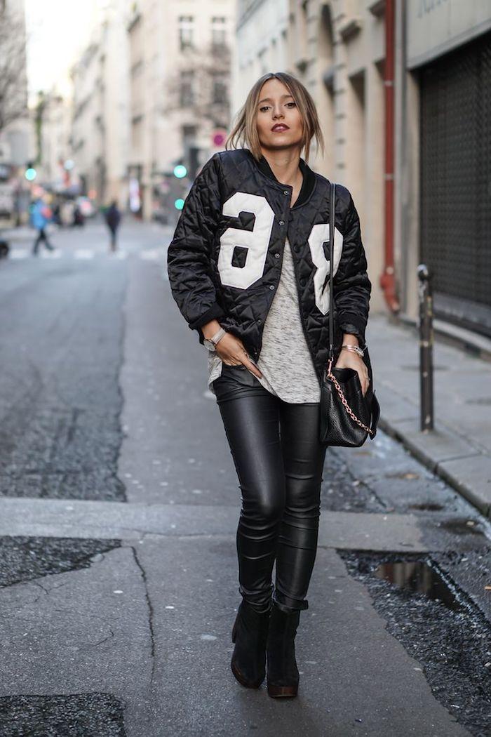 bottines cuir femme, pull gris avec pantalon en simili cuir noir slim, coiffure cheveux attachés avec mèches devant