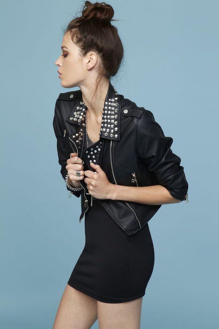 tenue chic, robe courte et noire avec veste en cuir, coiffure cheveux longs attachés, maquillage fard à paupières marron