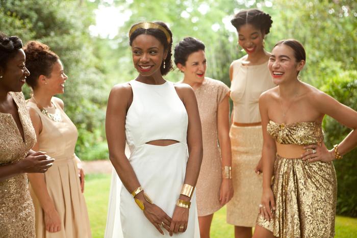 des robes de cérémonie de mariage dépareillées harmonisées par le choix des accessoires et l'association des modèles à sequin avec les tons doux de rose beige