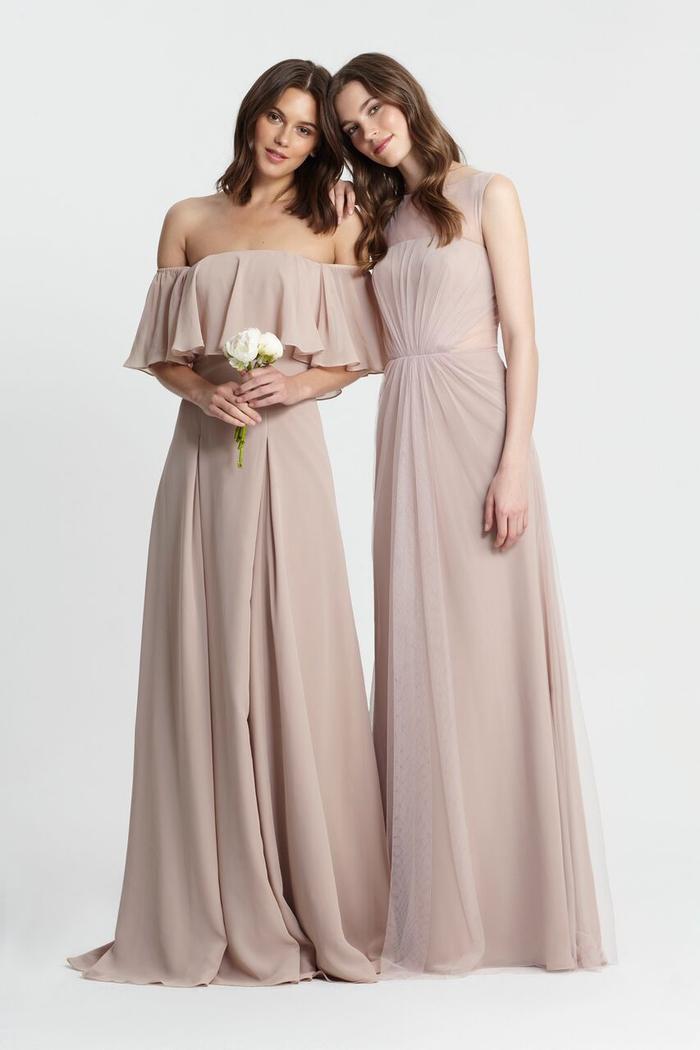 cortège nuptiale en couleur nude, silhouette élégante et romantique en robe fluide à col bardot ou à bustier effet transparent