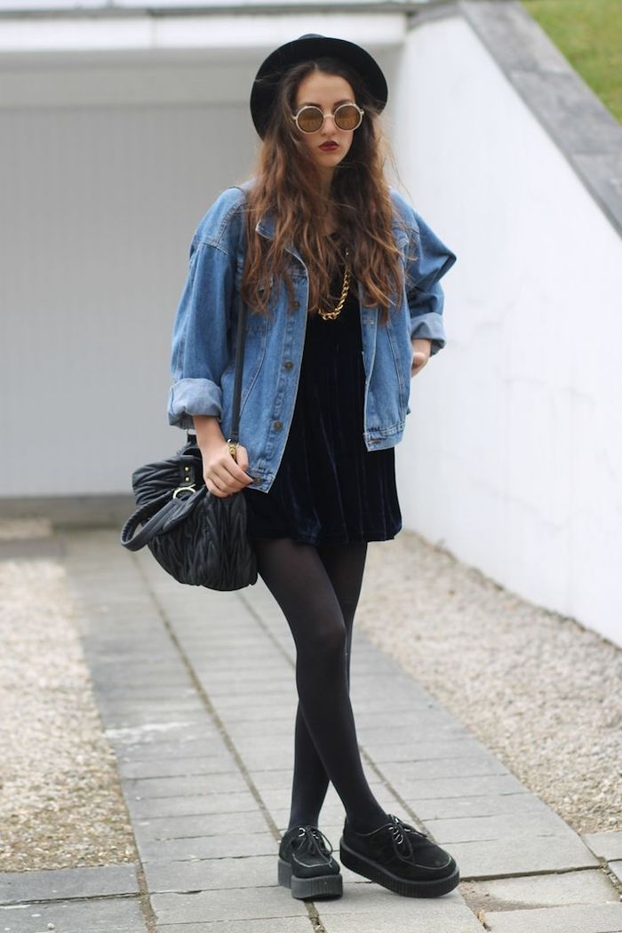 comment s habiller, sac à main en cuir noir, femme aux cheveux naturels bouclés, lunettes de soleil rondes