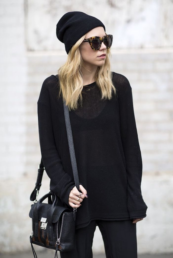 look grunge, coupe de cheveux longs coloration blonde, look total noir femme, pantalon et blouse noirs