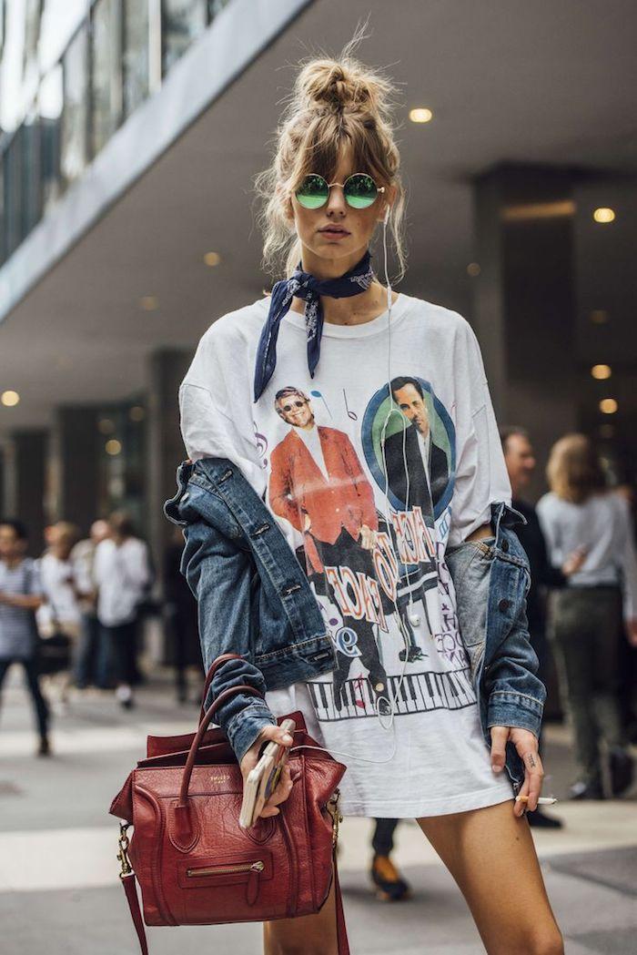 veste en denim pour femme, sac à main rouge avec tunique blanche à design musique, coiffure avec frange blond foncé