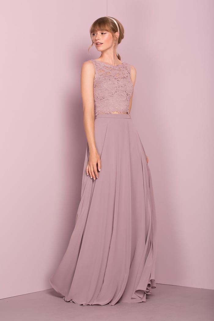 une tenue de cérémonie de mariage en deux pièces avec top court en dentelle combiné avec une jupe maxi de la même couleur vieux rose