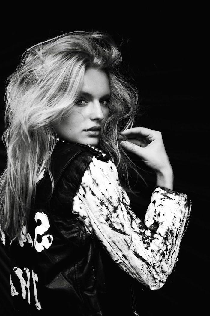 look rock femme, photo blanc et noir femme aux cheveux messy, veste en cuir noir avec manches blanches