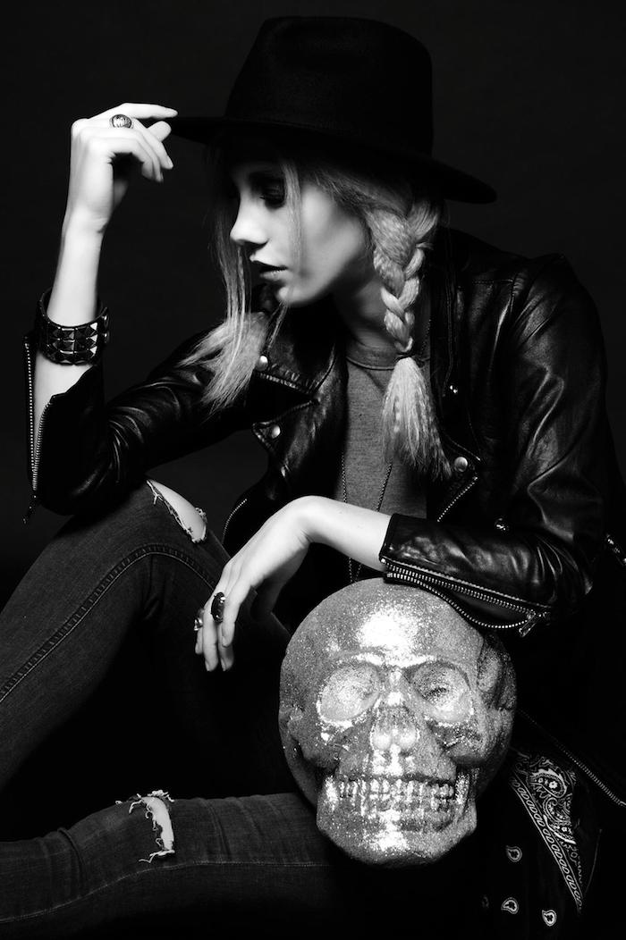 vetement femme fashion, bracelet en cuir noir avec boucles, pantalon en denim foncé avec trous sur les genoux