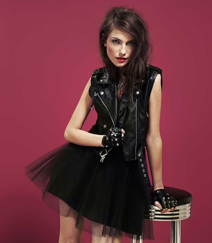 tendance fashion, coupe de cheveux longs en marron foncé, maquillage avec rouge à lèvre rouge et eye liner noir