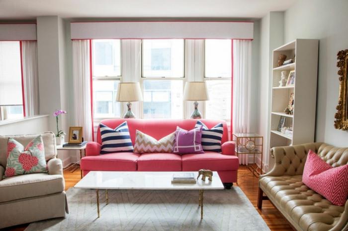 salon gris et rose, sofa rose, coussins déco, étagère blanche, tapis gris pâletable rectangulaire toute simple