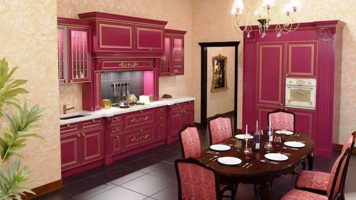 palette de couleur, cuisine ouverte vers salle à manger, papier peint beige et armoires framboise