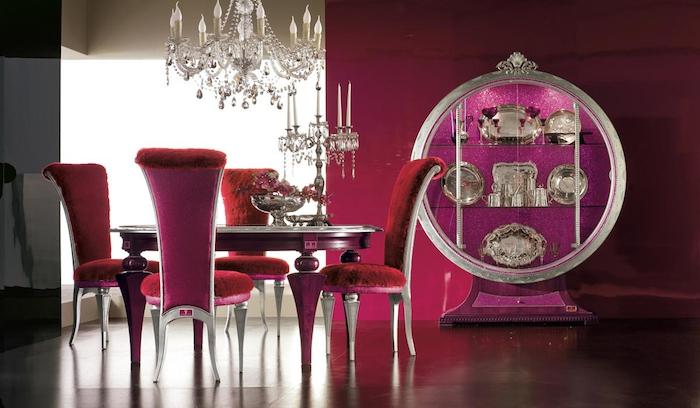 rouge framboise, mur peint en noir et rouge, salle à manger style baroque, table ronde en bois peint en bordeaux