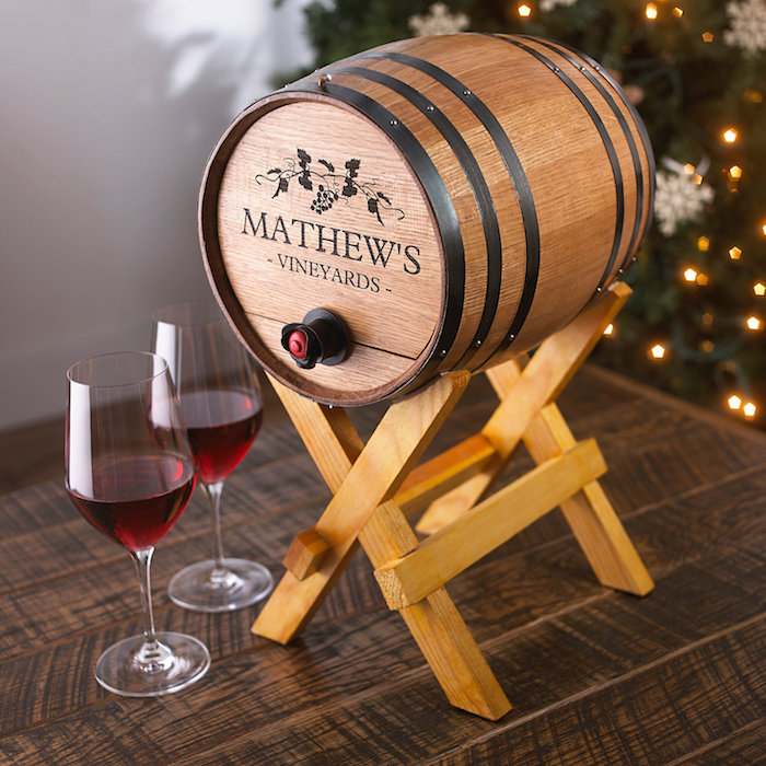 tonneau en bois miniatures pour conserver du vin avec des verres à vin à côté, fête des grands pères idée cadeau