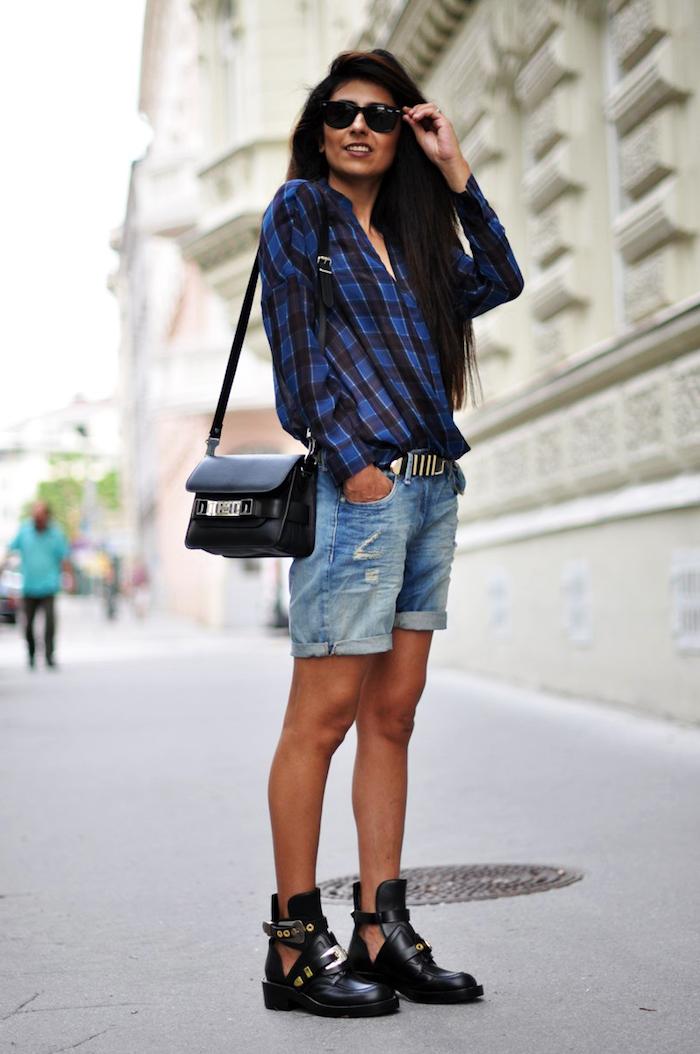 style vestimentaire femme, bottines en cuir noir ouverte, shorts en denim avec ceinture en cuir noir