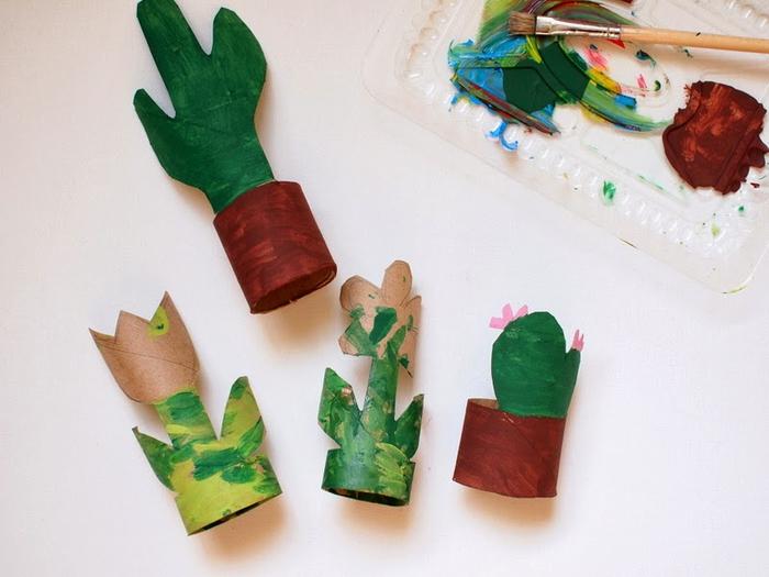 idée originale pour un bricolage rouleau papier toilette découpé et dessiné à l'aquarelle, des fleurs et des cactus découpées dans des tubes de carton
