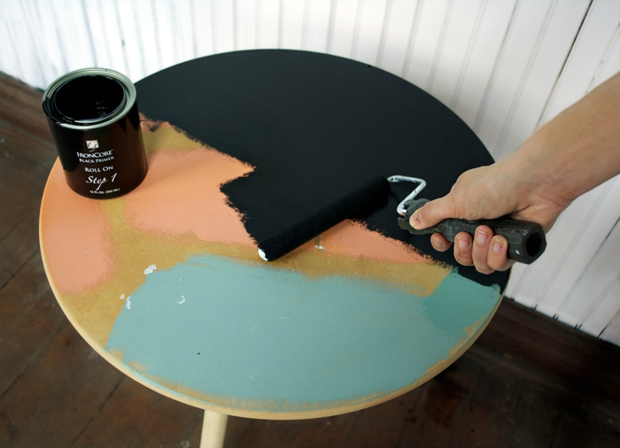 projet de relooking meuble original avec de la peinture, une table basse au design moderne avec son effet marbre