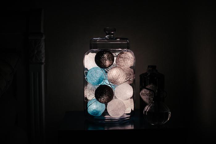 activité créative, décoration lumineuse de la chambre à coucher, bocal en verre avec guirlande lumineuse