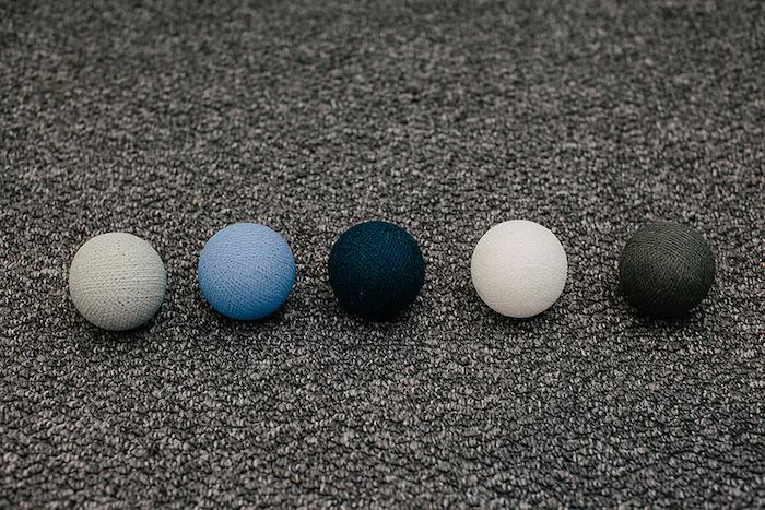 fabriquer une lampe, matériaux nécessaire pour décorer un récipient en verre, boules en coton à couleurs différentes