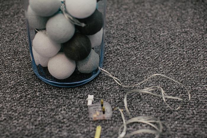 idée bricolage, guirlande lumineuse avec boules à coton dans un récipient en verre