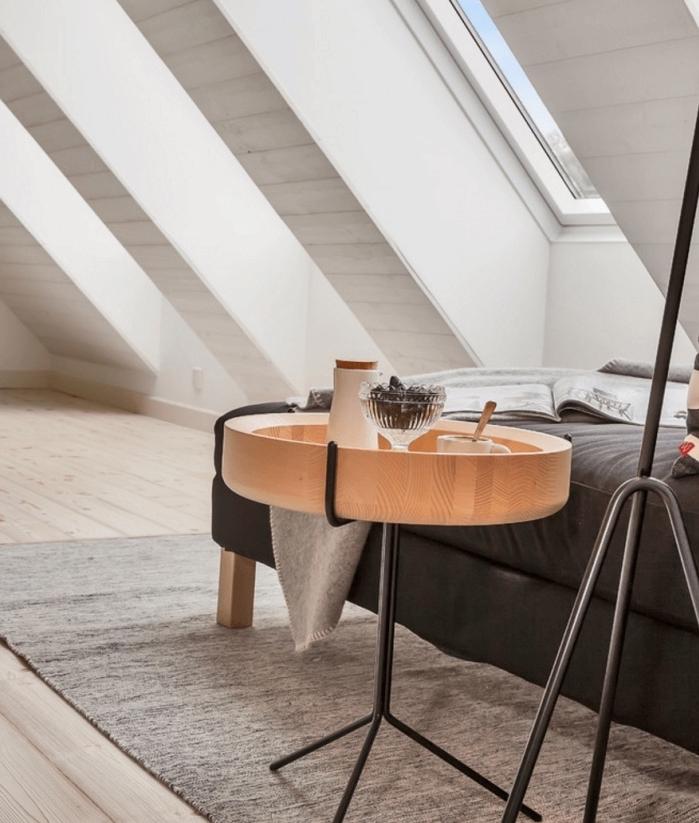 idée de meuble scandinave, table basse en metal et bois, canapé gris anthracite, tapis gris et parquet clair, murs blancs