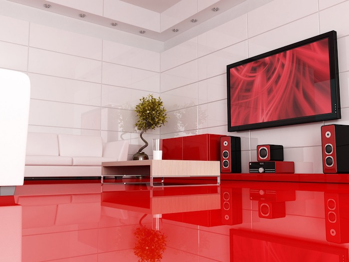 association de couleur, sol rouge laqué, canapé blanc et table basse en bois, murs blancs, arbre décoratif, accent vert