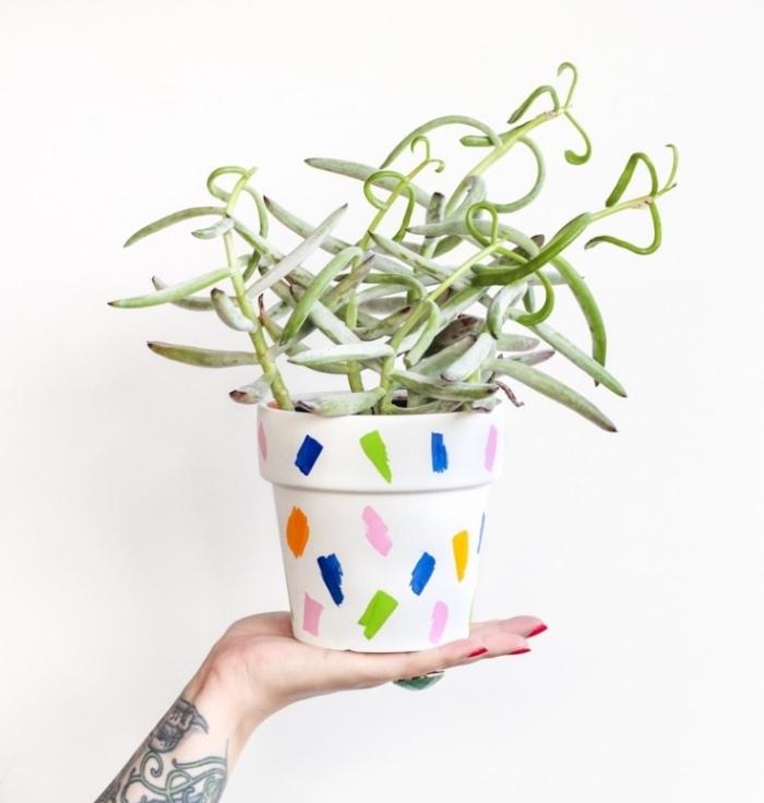 diy pot de fleur repeint en blanc et customisé de motifs au feutre coloré, idée créative récup de cache-pot pour conserver ses plantes