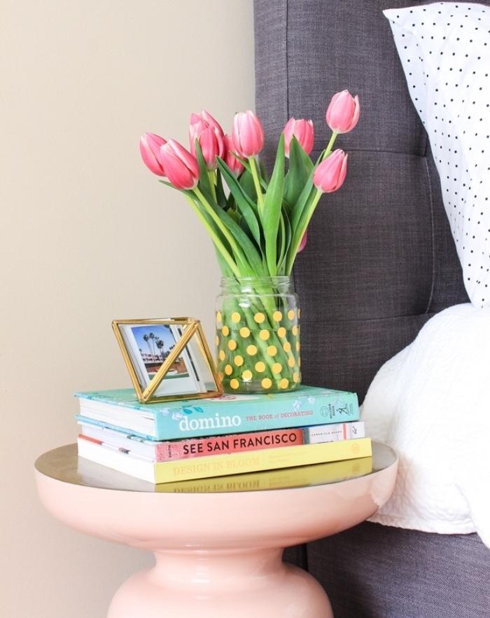 idée diy pot en verre recyclage, décoration de pois jaunes washi tape, bouquet de tulipes, déco avec de la récup chambre à coucher