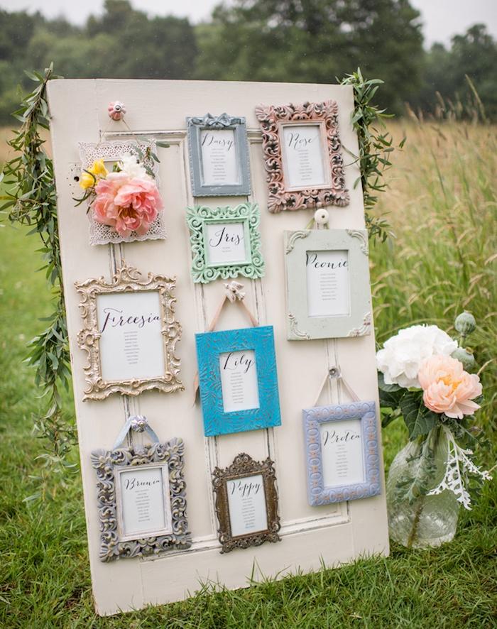 idée de volet porte fenêtre en bois vintage avec cadres baroques avec les listes des invités écrits en lettres calligraphiques, suspension à des boutons de tiroir, deco laurier et fleurs