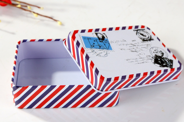 une boîte à lettres vintage en blanc, rouge et bleu pour conserver lettres et cartes postales, cadeau fete des grand peres