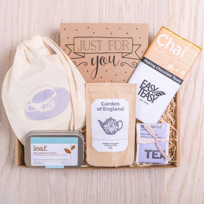 idée de boîte à thé en bois, remplie de différentes sortes de thé dans sacs, sachets et petites boîtes