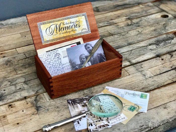 idée de boîte à souvenirs en bois pour garder photos, lettres, objets de sa jeunesse, fete des grands peres idée