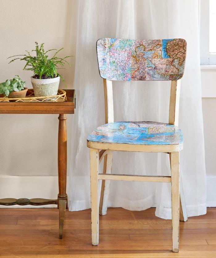 idée de chaise récupérée, décorée, technique de découpage avec une vieille carte du monde, parquet clair et table basse en bois, deco fait maison