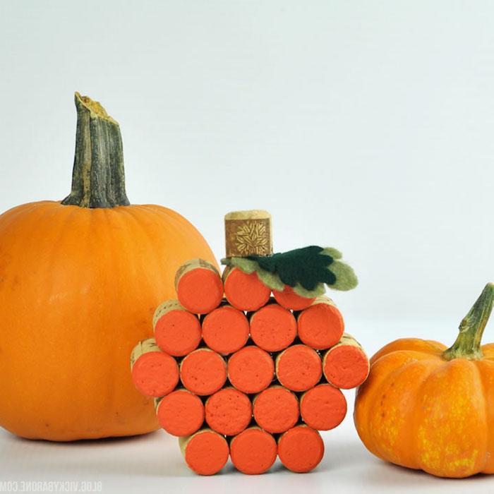citrouille fabriqué à partir de bouchons de liège repeints en orange et feuilles en feutrine, activité manuelle sur la automne