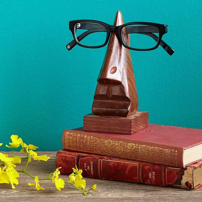 idée porte lunettes original en bois, support en forme de nez, visage, idée cadeau grand père