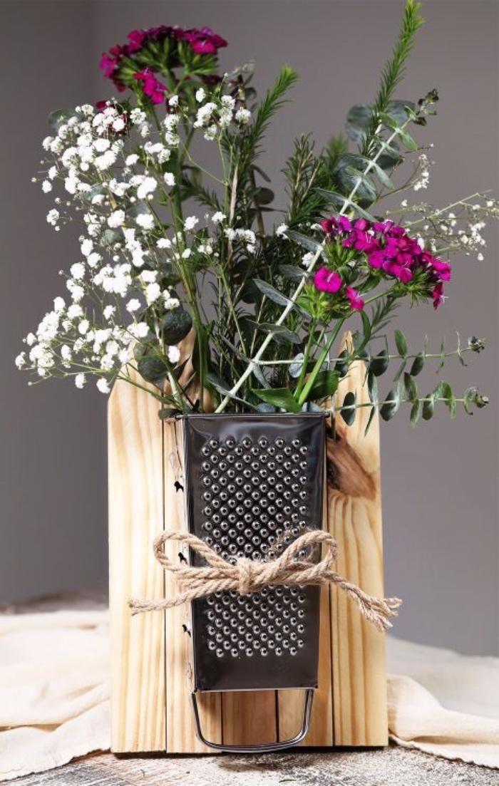 idée de râpe attachée à une planche à découper, un vase de fleur diy avec des fleurs champêtres dedans, deco recup florale