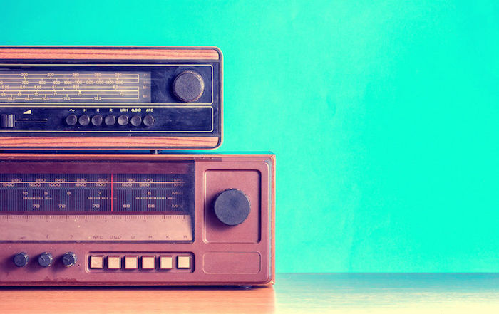 radio vintage marron et noir, une idée de cadeau fete des grands peres pour écouter de la musique