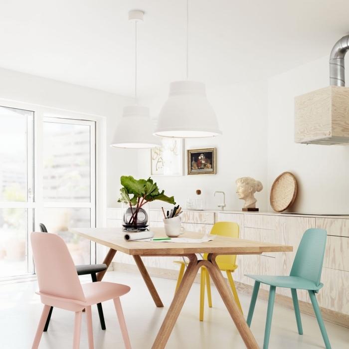 maison scandinave avec salle à manger avec table en bois massive, chaises jaune, bleu et rose pastel, façade cuisine en bois, decoration vintage