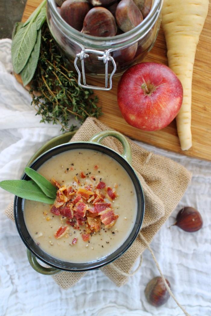 un velouté aux goûts d hiver de panais, de châtaignes et de pommes garnie de bacon , recette avec des chataigne hivernale