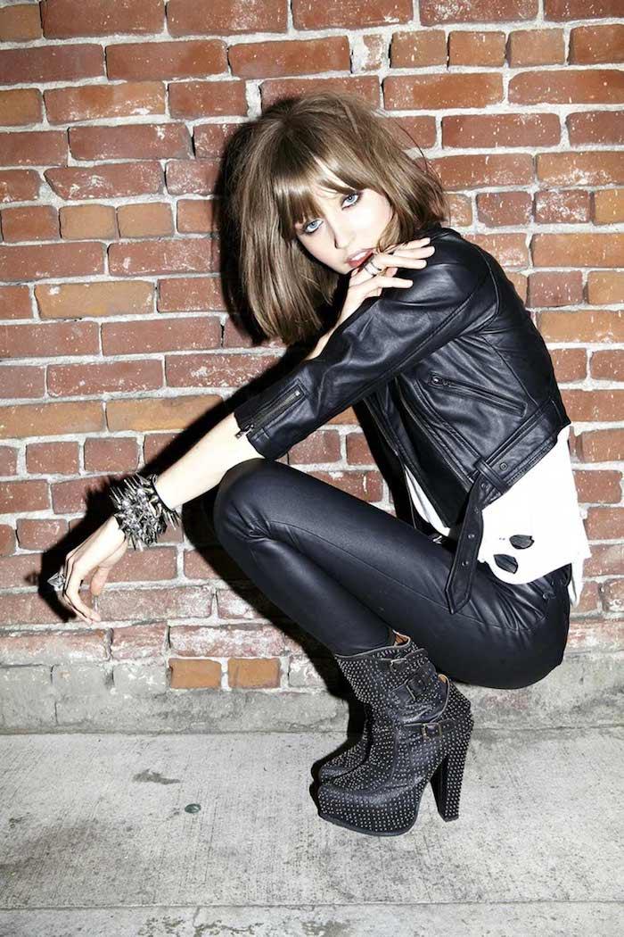 tenue chic et rock pour femme, coupe de cheveux mi longs marron avec frange, veste et pantalon en simili cuir noir
