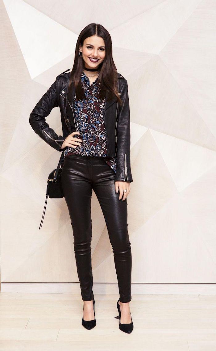 look total noir avec veste et pantalon en simili cuir pour femme, chemise motifs floraux en nuances foncées