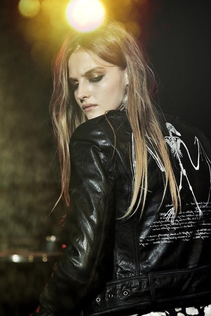 tendance fashion, coiffure détachée style rock, veste en cuir noir avec déco prints et lettres en blanc sur le dos